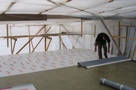 La première étape consiste à installer une membrane de couverture.