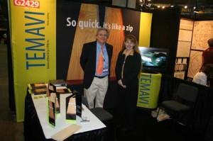 Ronald Bannon, directeur du développement et Guylaine St-Cyr, présidente de l'entreprise dans leur stand au show Surfaces.