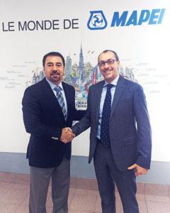 Luigi Di Geso, président-directeur général de MAPEI Amérique félicite Marco Roma, à droite sur la photo.